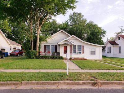 Spacious 3 bedroom home located less than a mile from Kilgore hotspots!