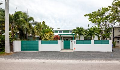 LUNA VERDE ~ 3 Bedroom, 2 Bath in a Quiet Neighborhood Near the Beach!