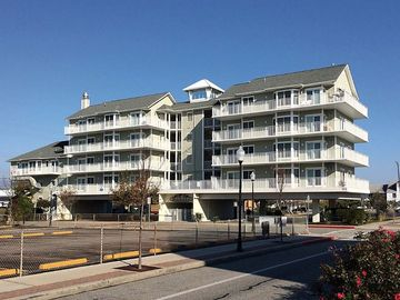 Mahalo 101 ~ 25th St, 3 bedroom condo, just 1 block to beach and boardwalk, has outdoor pool, accommodates 8. RA128615