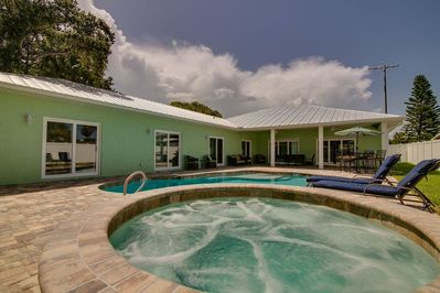 Cocoa Beach heated tropical pool and 8 ft commercial hot tub