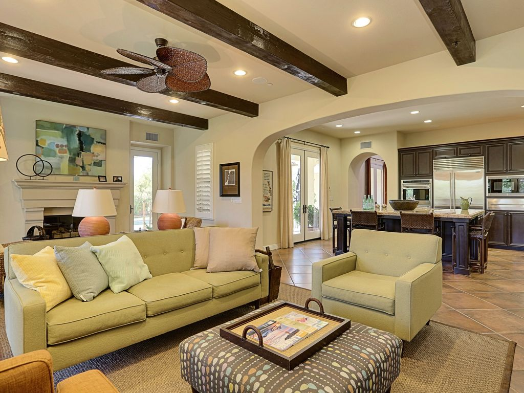 Spacious Living Room with High Beamed Ceilings. Palm Springs Escena Escape   3 Bed 3 Bath      HomeAway Palm Springs