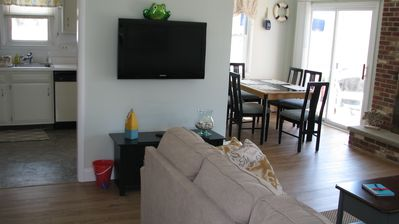 Photo for Quiet, top / 2nd floor, 3 bed / 2 bath, sleeps 7, king bed (25 and older please)
