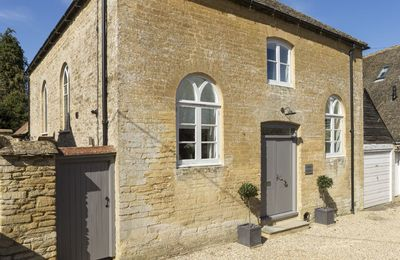 Chapel House is situated in the picturesque village of Bampton, close to the Cotswolds and River Thames