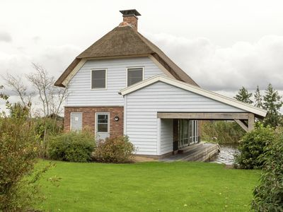 Photo for Beautiful villa with a jetty, located in Giethoorn