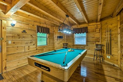 With space for 4, a pool table and a hot tub, this cabin ensures endless fun!