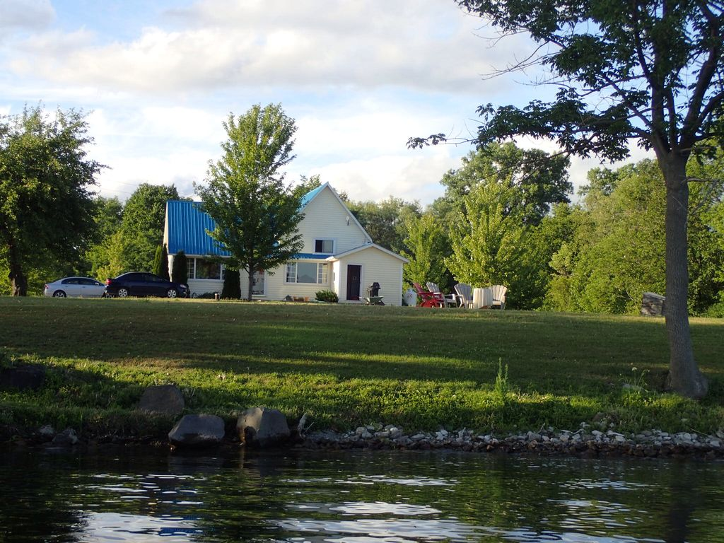 Glenora view waterfront cottage napanee ontario for Waterfront cottage