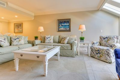 Beachwalk Villas 5086 - Living Room - Plenty of comfy seating for the whole family
