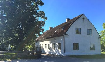 Beautiful building from 1824. Close to swimming and 20 min to Visby
