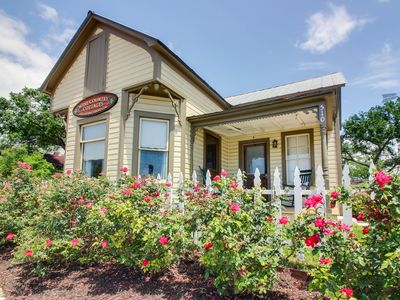 Photo for Cozy cottage - close to downtown's shops, dining, & wineries!
