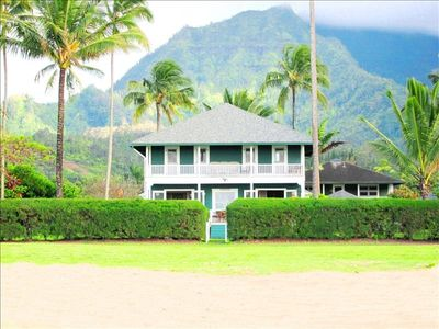 Fabulous beachfront setting with the mountains to the back!