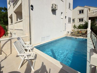 Photo for Cosy apartment with WIFI, A/C, pool, TV, balcony, pets allowed and parking