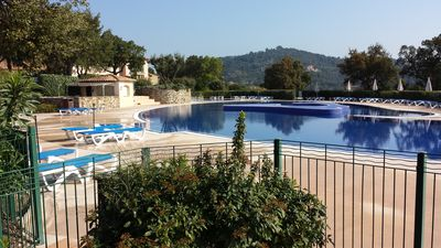 Photo for Beautiful 2 room apartment in a quiet area overlooking the bay of St Tropez, large swimming pool.