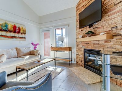 Photo for Lovely condo with shared pool, hot tub, sauna, clubhouse - close to ski!