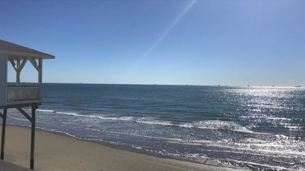 Cozy renovated condo across babe 39 s beach and 61st st for Galveston pier fishing