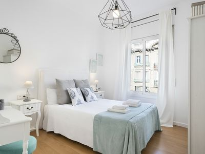 Photo for Charming apartment with balcony next to the Sagrada Familia