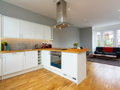 Photo for Open planned 2 bedroom apartment in friendly Fulham (Veeve)