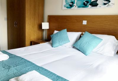 2 bed/2 bath sleeps 5 self catering 1st floor apartment,lift,parking & free WiFi