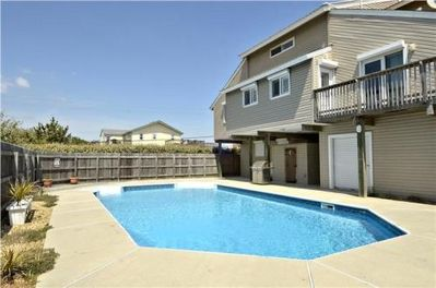 Pool with cabana! - Roll up that big white door poolside and you'll find a shady spot to kick back, watch something entertaining on the flatscreen and enjoy a cold beverage while the kids play.