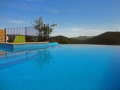 Heated infinity pool and jacuzzi - Beach and deckchairs