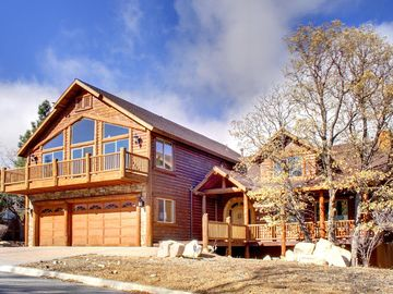 THE RETREAT -  Mountain Views! Gourmet Kitchen! Master Suite! Game Room! BBQ!