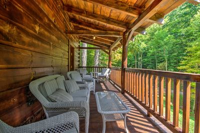 Cheer on the Mountaineers from this 3-bedroom, 3.5-bathroom Trade rental cabin!