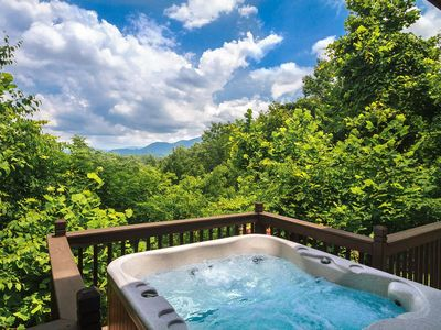 A Romantic Secluded Cabin With Mountain Views, Hot Tub & Wood Fireplace!