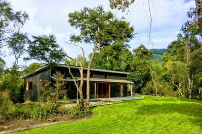 Modern bach in secluded native bush - Peel Forest