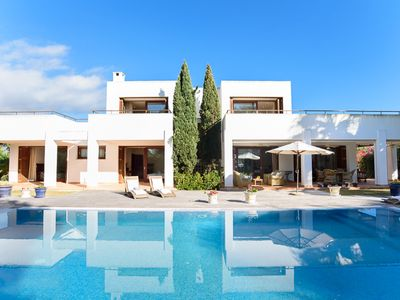 Photo for Impressive and very spacious villa, private pool and beach