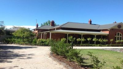 Photo for Central Albury location with tennis court. Family and Pet friendly.