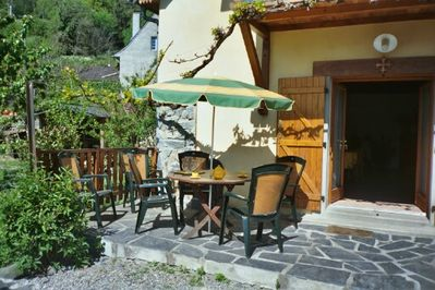 Coin terrasse et barbecue - Barbecue and outside dining area