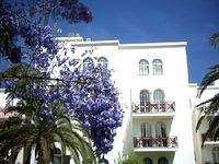 Clean and bright apartment - perfect for family holiday Easy airport transfer & charming town.