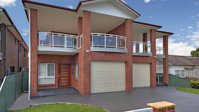Photo for Modern, Spacious 5 Bdrm Home, Close to Public Transport, Airport,  Good Value
