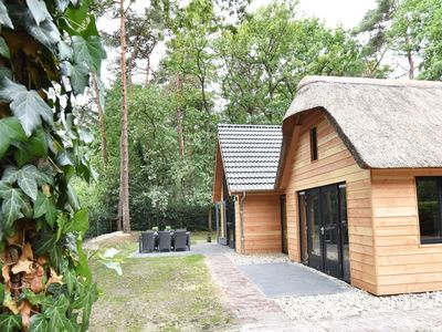 Photo for Detached chalet with lovely interior and hot tub, in the forest of Norg