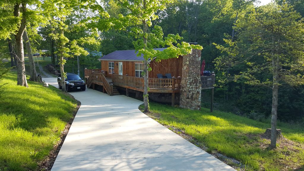 Bon Uniquely Hand Crafted Cedar Cabin With Concrete Driveway For  Cars/motorcycles