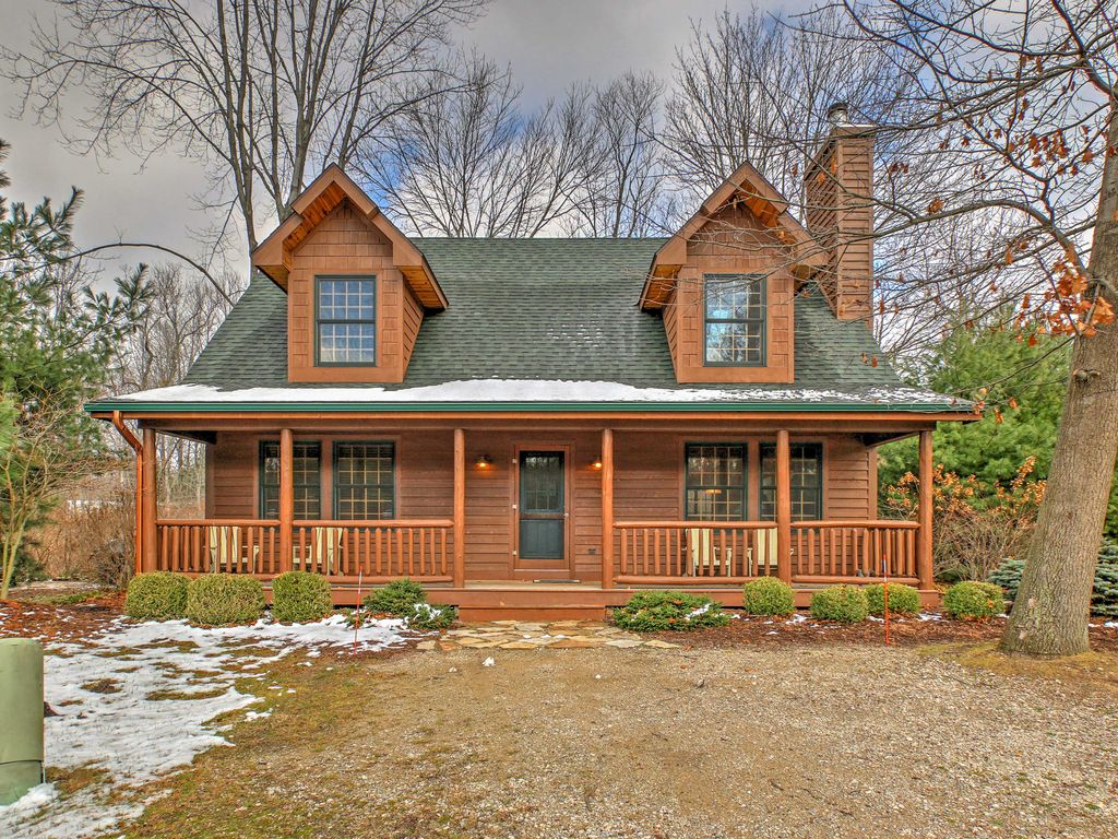 Cozy 3br saugatuck cabin w fireplace large vrbo for Michigan romantic cabins