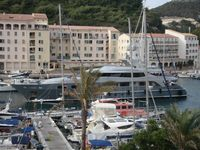 Large fully-equipped two bedroom apartment with harbor view
