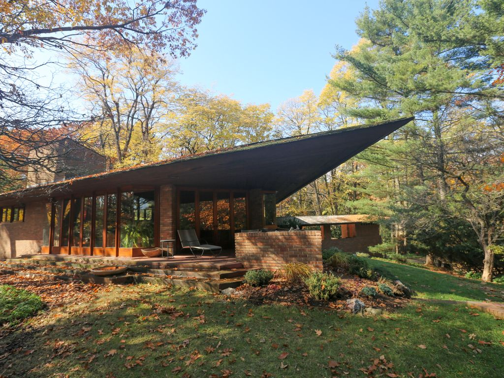 Original frank lloyd wright secluded home with tea house for Frank lloyd wright palmer house