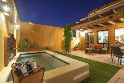 The small, private soaking pool can be heated. Clean beach towels poolside.