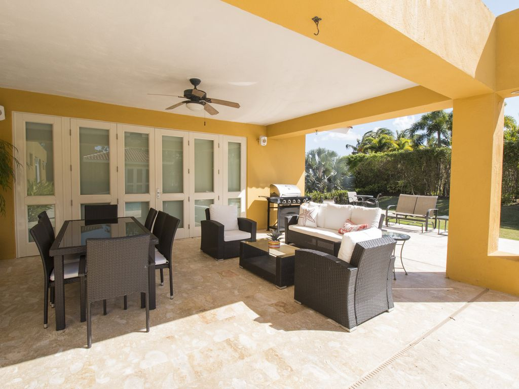 Enjoy Our Caribbean Style House And Pool With Family And Friends!