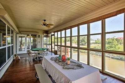 Sitting right on the canal, this house provides direct access to the lake!