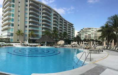 Poolside view of swim up snack and pool bar (palapa)