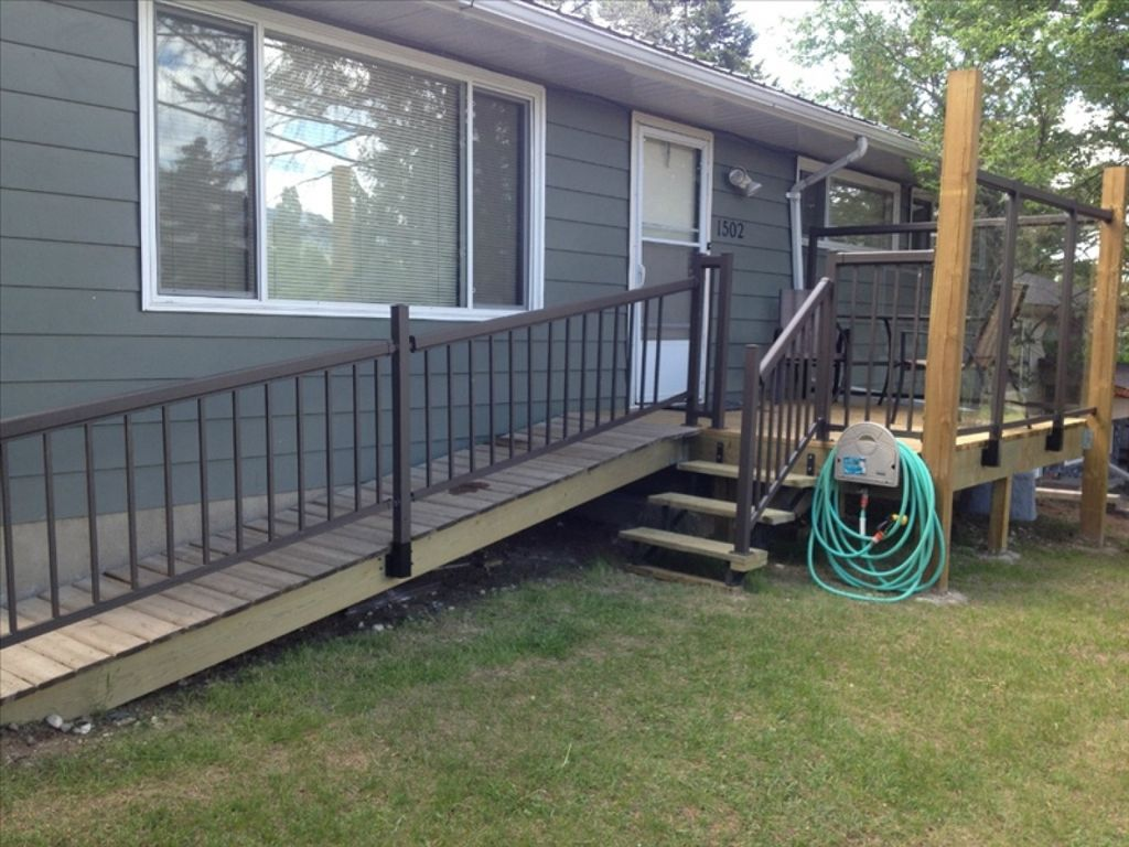 10 Bed Bungalow; 5blks from Kinsmen Beach, Relax in the Hot Tub in Evening