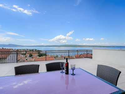 Beautiful modern apartment for up to 5 persons with stunning sea view