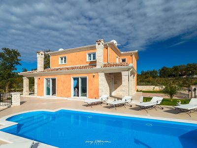 Photo for Lovely modern villa with pool in Karigador