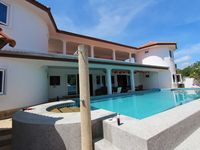 Beautifully spacious and well laid out living areas. Lovely shady pool.
