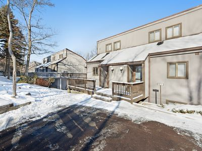 Family-friendly townhouse w/shared hot tub & indoor pool - walk to slopes!
