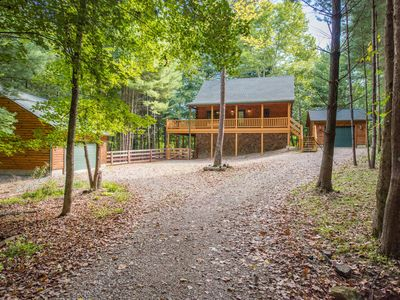 Luxurious pet friendly cabin with fenced yard! Close proximity to hiking and activities.