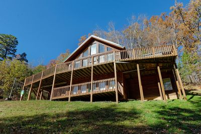 Gorgeous Gatlinburg Lodge #12 - Private 8 bedroom log cabin lodge only 4 miles to Heart of Downtown Gatlinburg. Cabin has yard for kids, large deck space, giant game room, and plenty of parking. Book today!