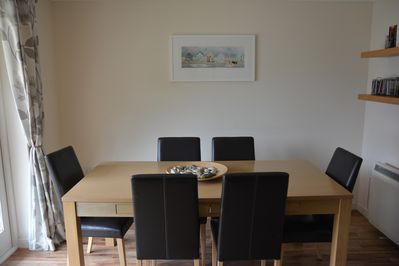 Dining area seating 6