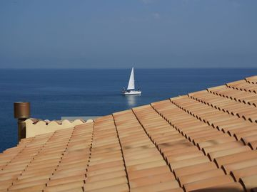 In the middle of the old town, sea view and 50m to the beach. Sleeps up to 3 people